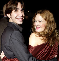 Justin Long and Drew Barrymore holding hands