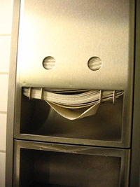 Manual paper towel dispenser