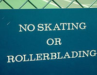 No skating or rollerblading sign on a tennis court