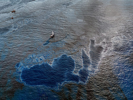Huge oil spill in ocean