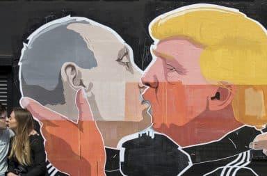 Mural: Donald Trump and Vladimir Putin kissing