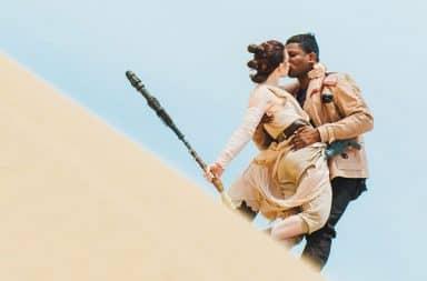 Finn and Rey kiss in Star Wars: The Last Jedi