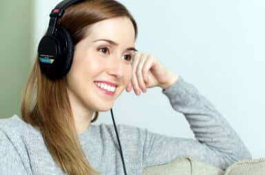 lady listening to headphone